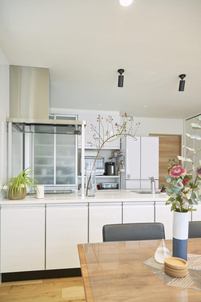 キッチン傍にはパントリーも設置し、収納力抜群。小物や照明の選び方にもセンスが表れている素敵な空間だ。