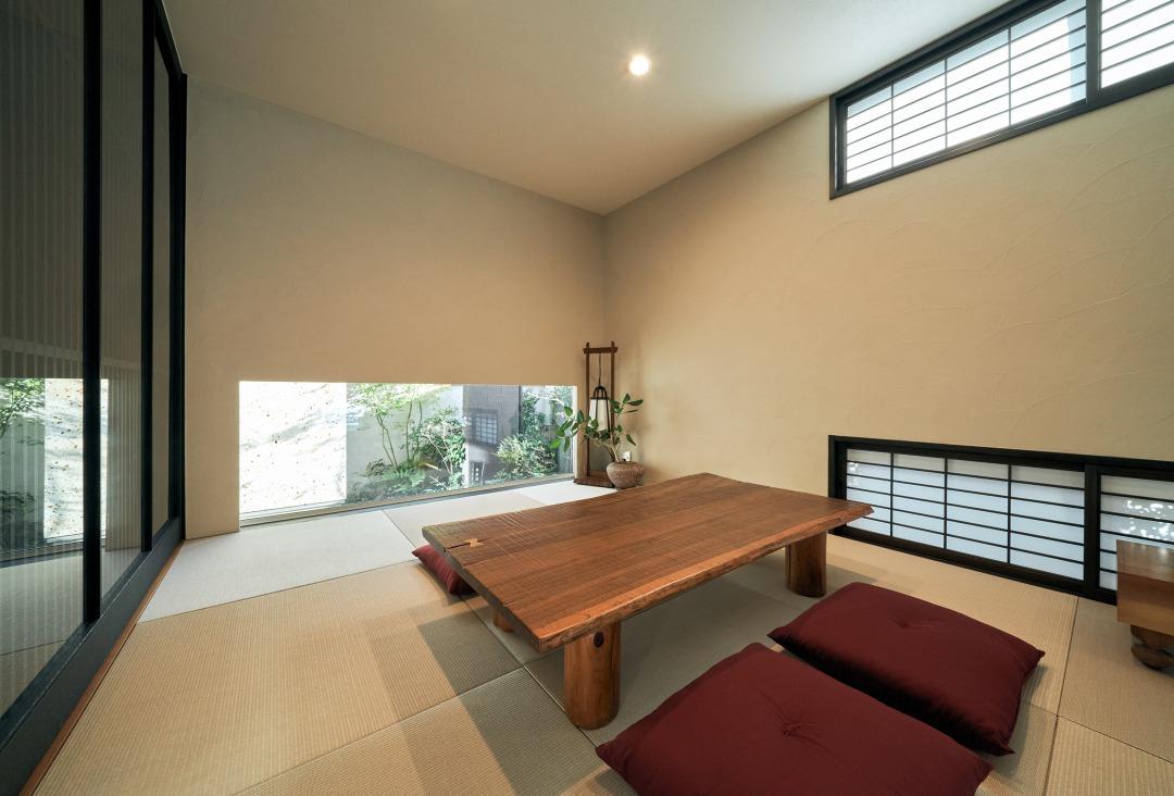 民芸調の格子引き戸や雪見障子を備える和室は、最初のおもてなしの場所、ウェイティングルームとしても利用されている。
