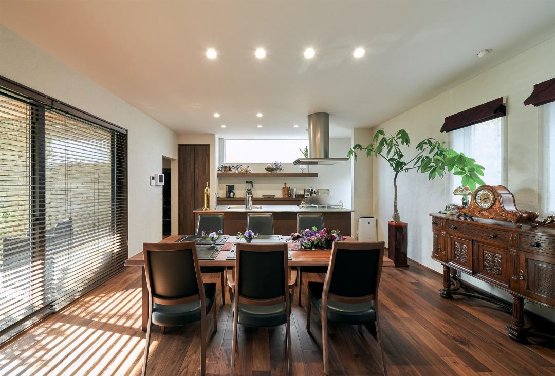 まるで料理教室のような広々としたカウンターを備えたキッチンはデザイン性の高さも際立っている。生活感が出てしまう冷蔵庫は、キッチン横に隣接するパントリーに収納し、背面の造作収納棚からもデザイン性の高さを感じることができる。