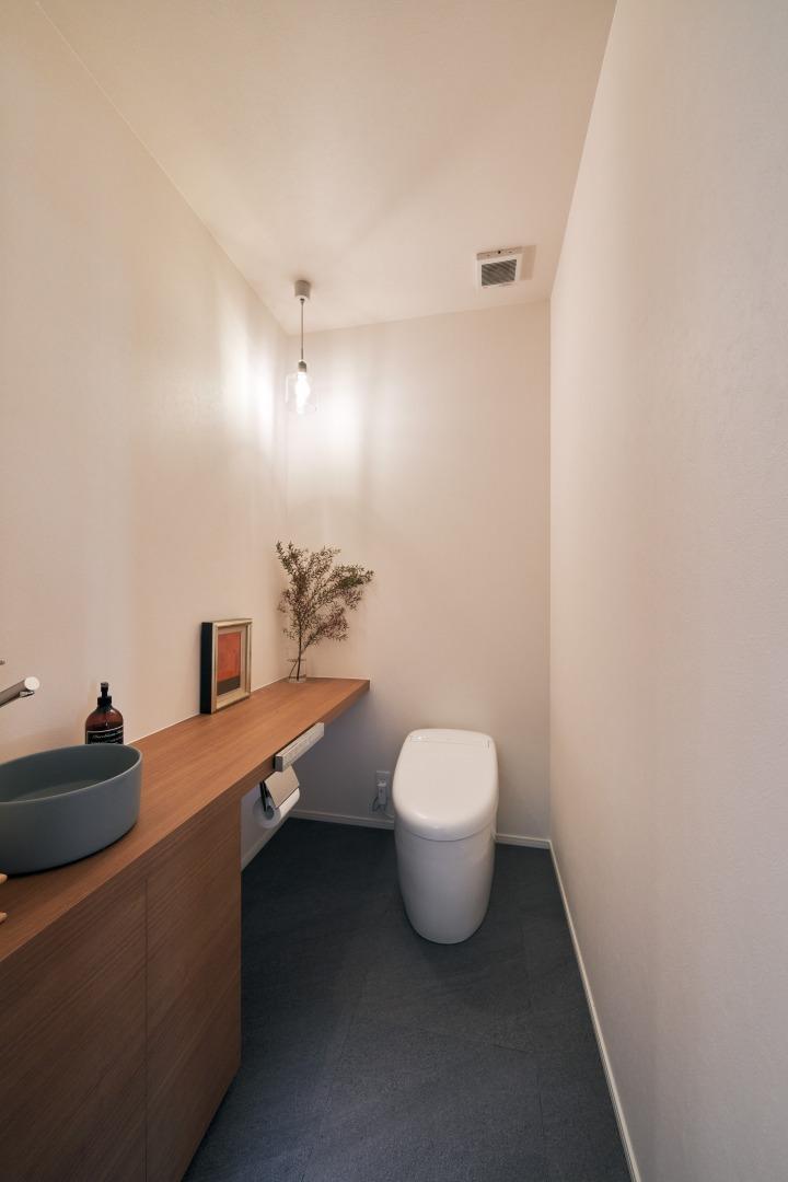 毎日何度も使う場所だからこそこだわりたい。手洗いボウルは奥様自ら調達。品格あるトイレ空間となった。
