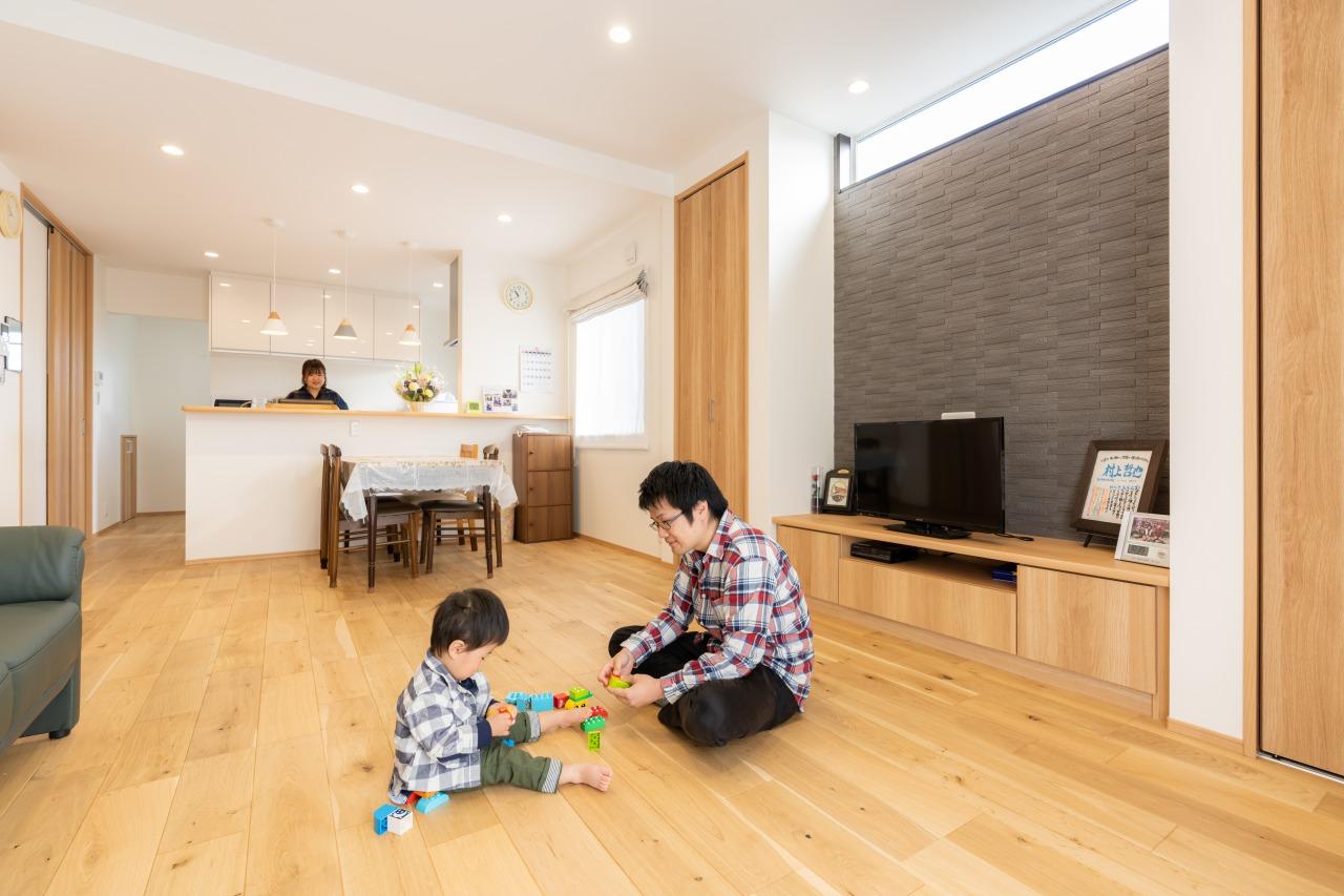 温かみのある床が素敵なリビング。家族のぬくもりも感じられます。