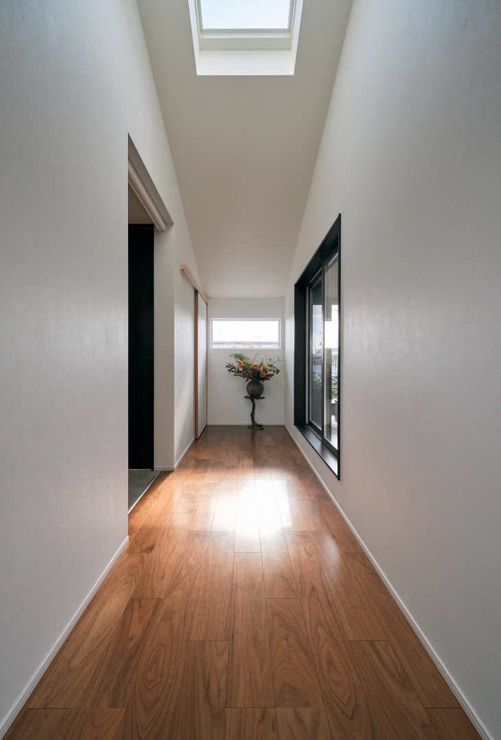 2階ホールもトップライトから降り注ぐ光で明るい空間に。