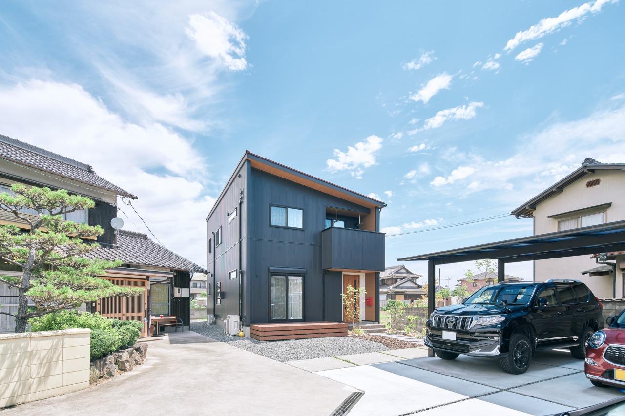 ご両親様が住まわれる実家の隣りに建築された新居。周囲との調和も取れた佇まい。