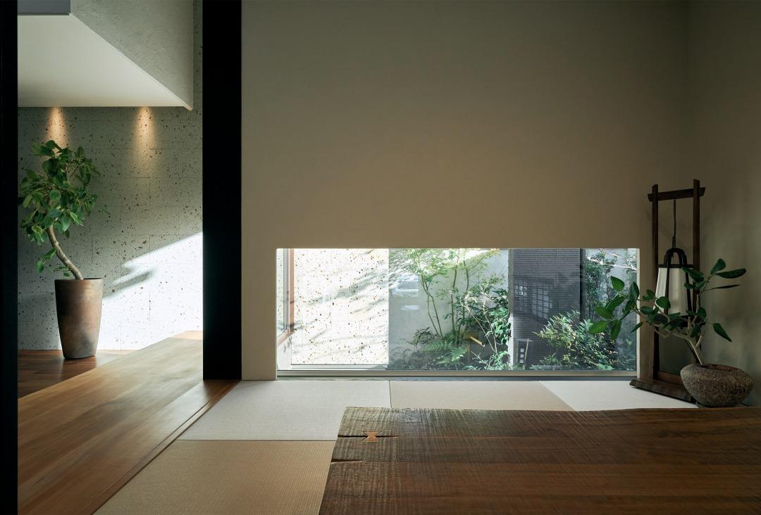 玄関横の和室につながる広縁は桜の木。地窓から見える坪庭も情緒深さを演出しています。