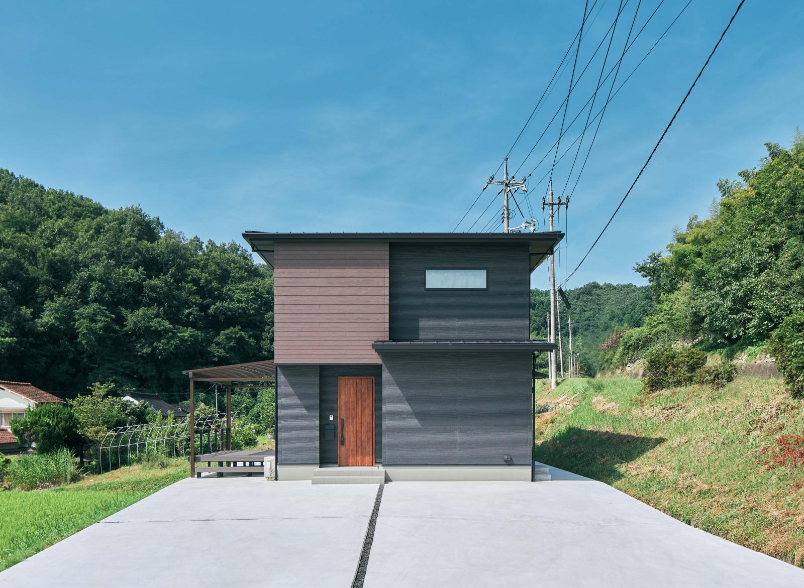 敷地形状とロケーションが生きる、5人家族がのびのび暮らす家。