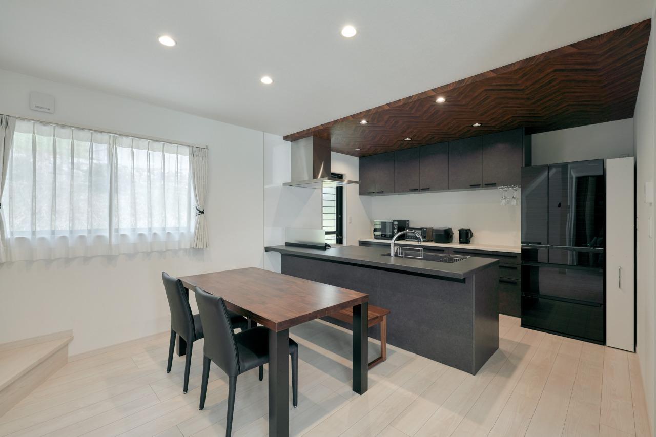 キッチンは人気のLIXILをセレクト。天井の木目との相性も抜群で、センスアップさせているのも注目だ。