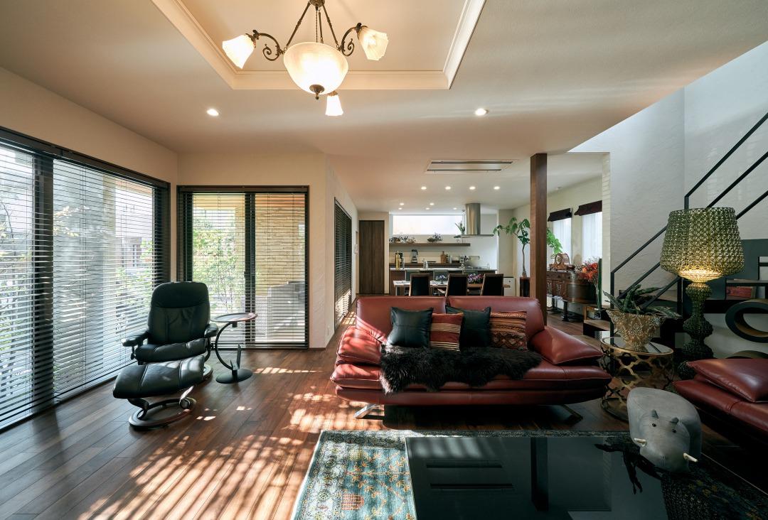 LDKは圧巻の約40帖の広さ。イタリアンレザーの赤いソファの質感がウォールナット床材の風合いを活かしている。