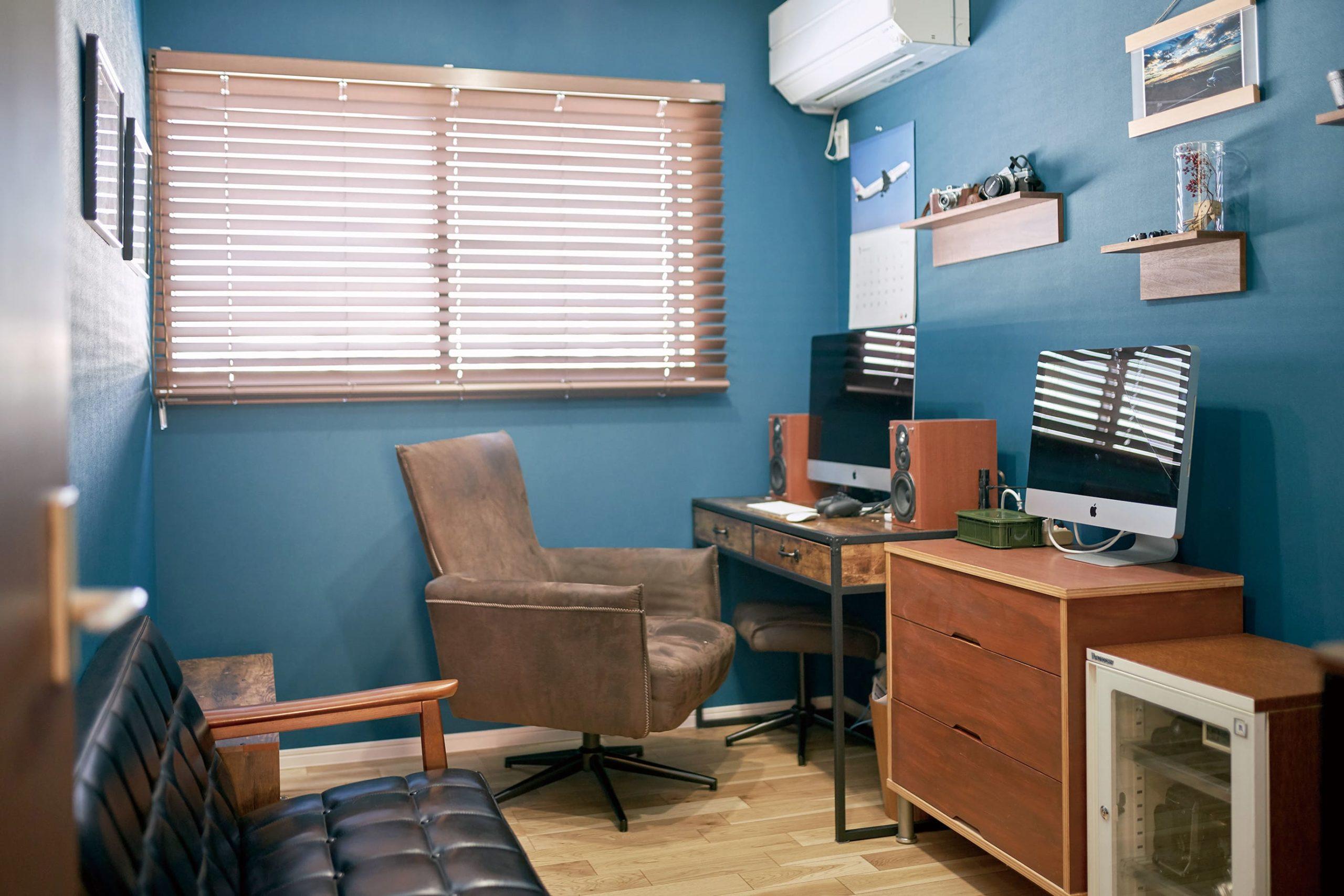 インダストリアルな雰囲気でまとまった書斎。趣味を楽しむ部屋としても活用できるご主人のパーソナルスペース。