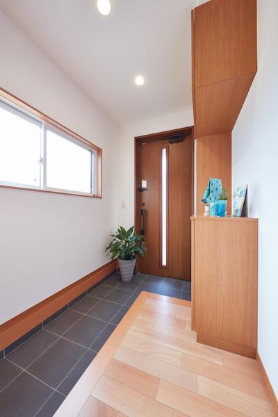 階段室にはFIXの明かり取り窓を設置。外観のアクセントにもなっており一石二鳥のアイディア。