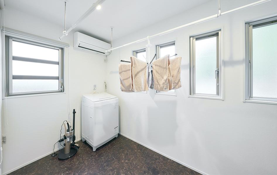 天候に左右されず、時短家事が実現できるランドリールーム。洗濯物を収納する棚も隣接。