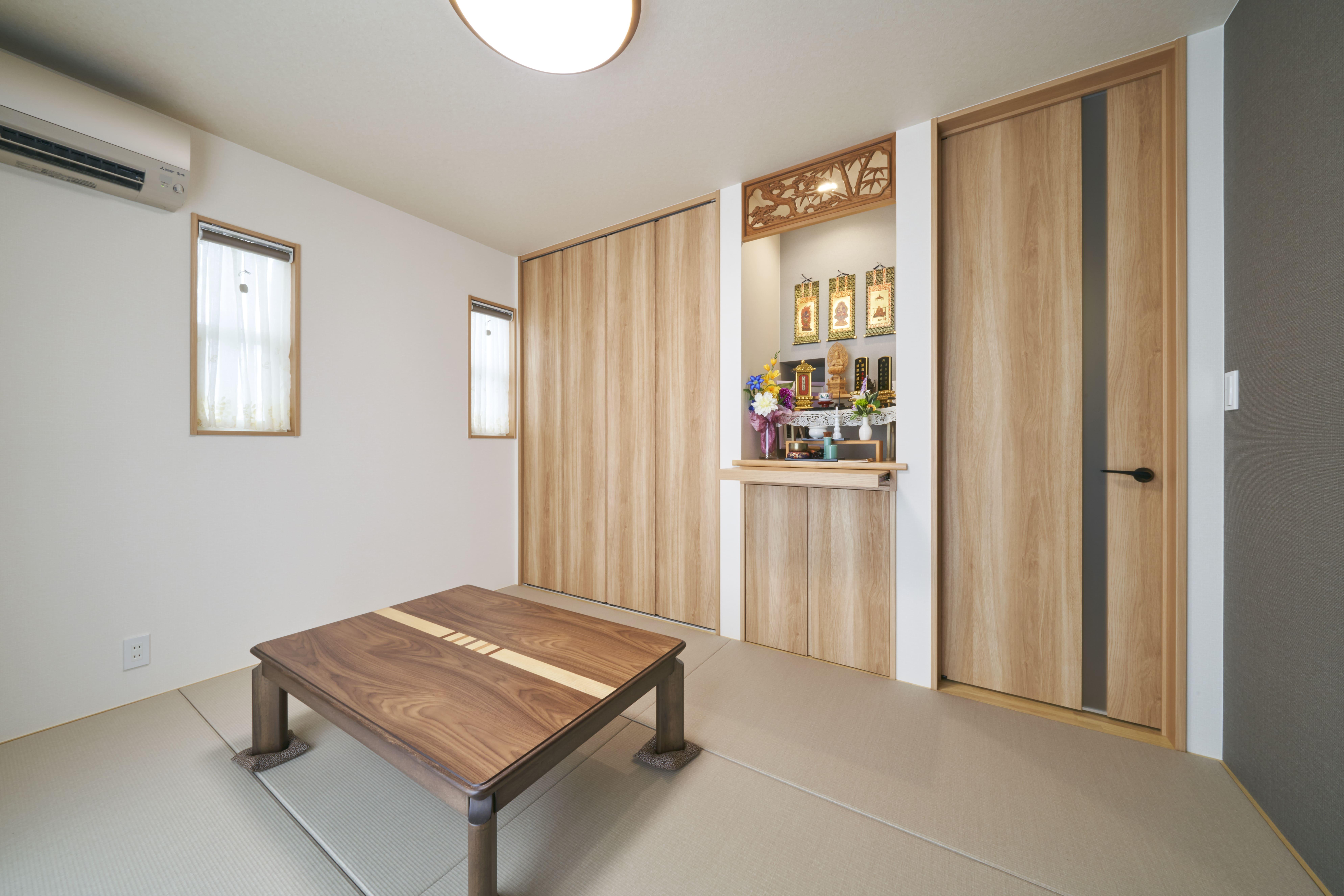 和室の仏間には、オーダーメイドの仏壇を設置。以前のお住まいの欄間も綺麗にはめ込まれている。
