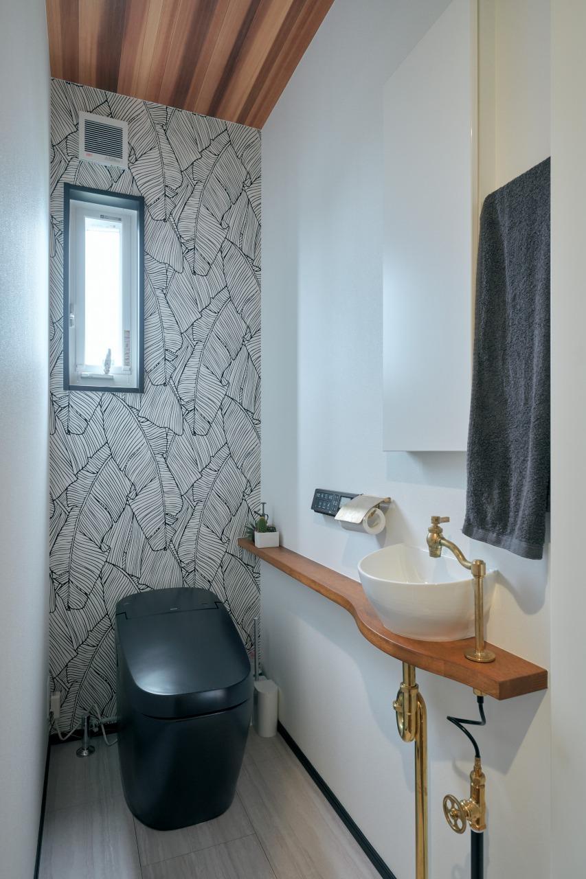 「黒」がE様邸のメインカラーになっているのは一目瞭然だが、トイレの便器も黒で統一。黒いのは外側だけであるが、1メーカーしか取り扱っていないものを探しあてたE様。準備に時間をかけた効果がここにも表れた。