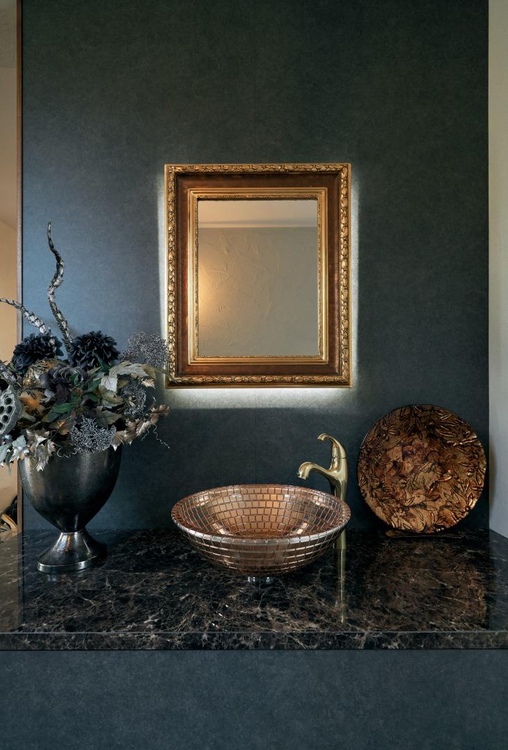 1階ホールに設けられた洗面ボウルや洗面鏡など、一つ一つの素材は、奥様とインテリアコーディネーターのこだわりのもの。