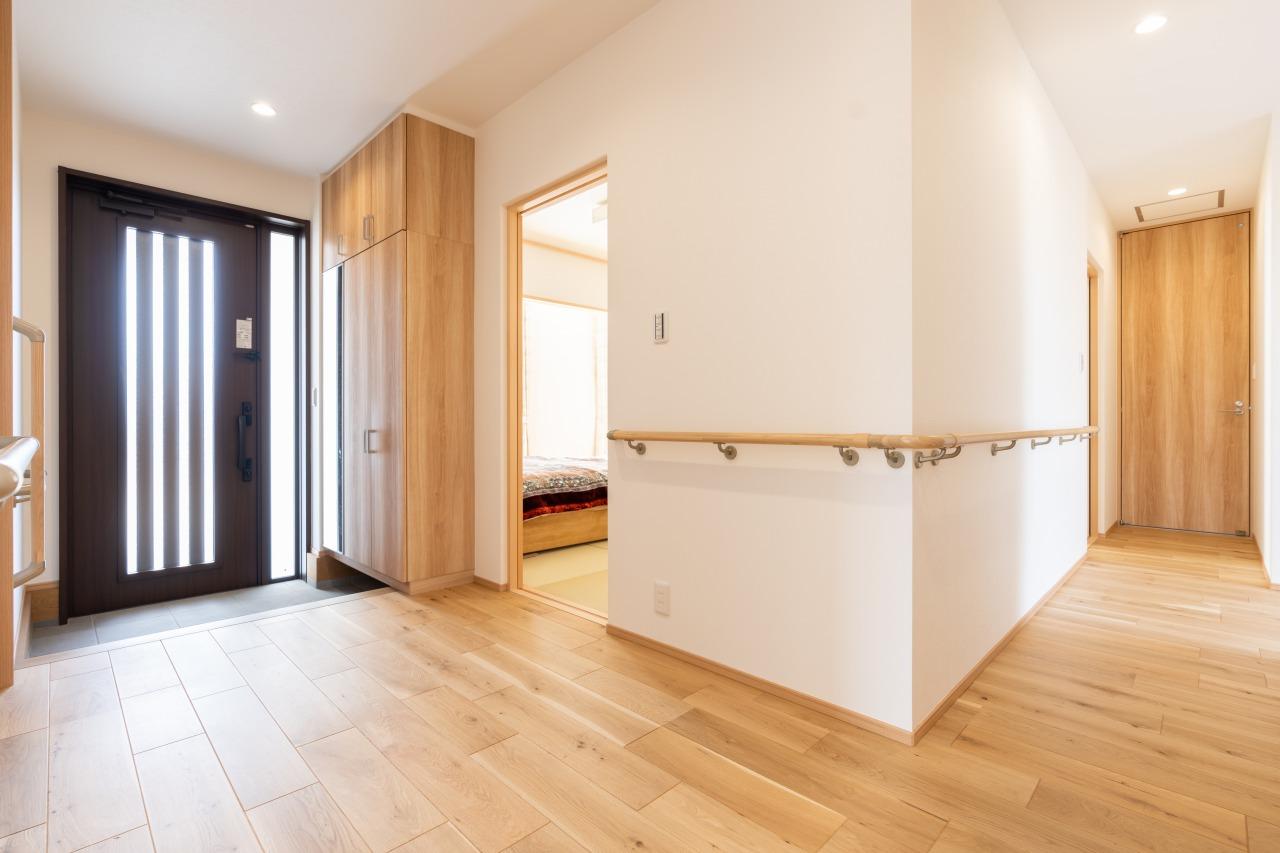 玄関回りから水まわりへつながるホールには手すりを設置し、バリアフリー性も確保。