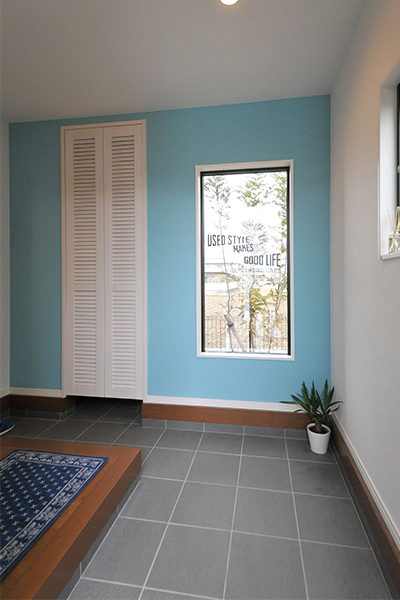 スペースを広くとった玄関にはルーバードアや風景を切り取るフィックス窓などを配置。
