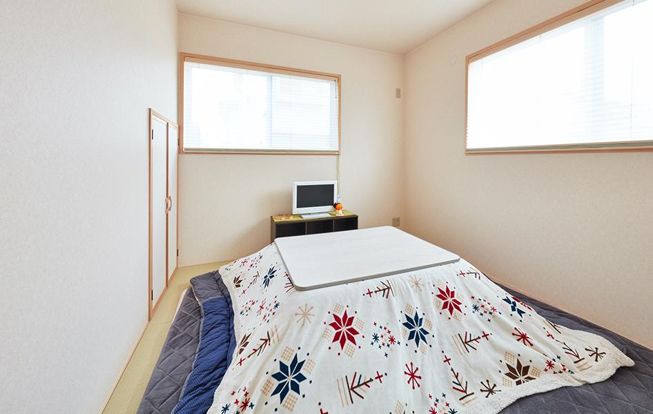 客間は和室。シンプルでありながら、やはり採光に配慮した。窓枠も木調にすることでやわらかな雰囲気に仕上がっている。