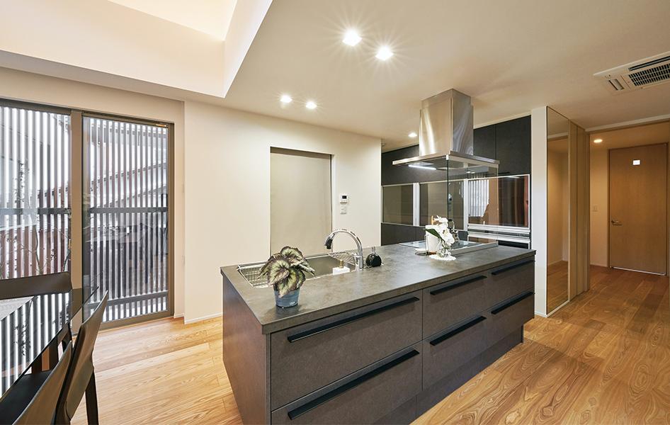 ハイセンスな室内に映えるデザイン性と機能性を両立させるアイランドキッチン。