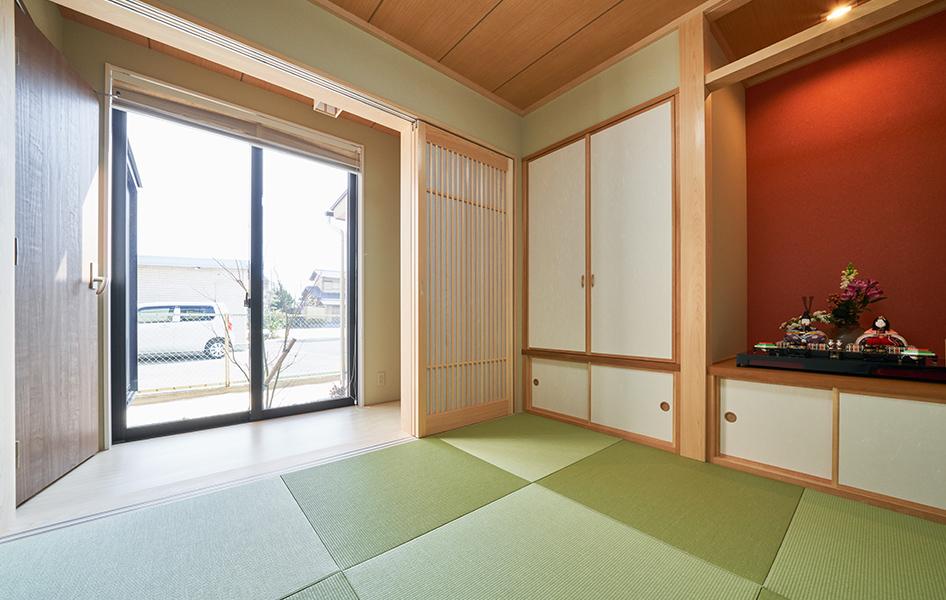 和室の広縁は親世帯と子世帯をつなぐ空間となっています。広縁に座って中庭を眺めると、安らぎの時間を過ごすことができます。