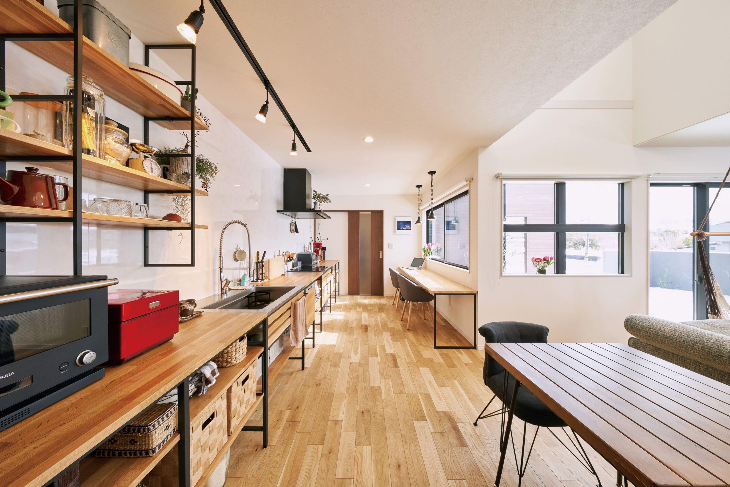 通常サイズの約2.2倍と横一列のI型キッチン。並んで料理が楽しめる、使いやすいのにスッキリとまとまっている空間。