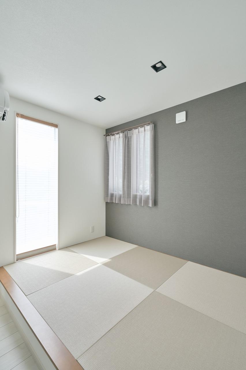 ソファに隠れるように設置された畳コーナーはご主人たっての希望。シックな色合いでまとめられ、リビングから小上がりになっており、くつろげるスペースとして重宝しそうだ。