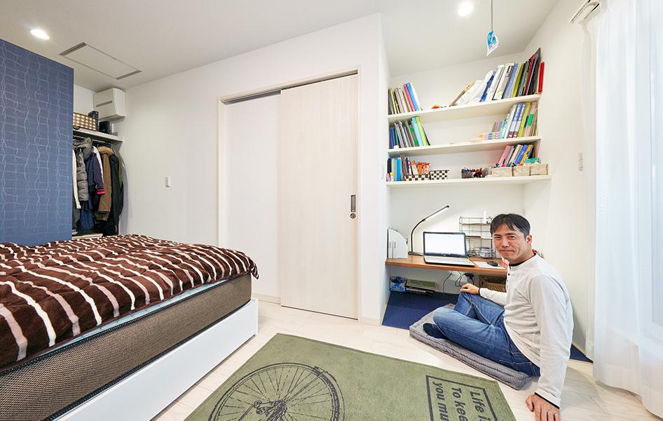 主寝室に作り付け棚と机を設けてご主人のプライベートスペースを設置。 わずかな空間ながらもご主人は大満足。