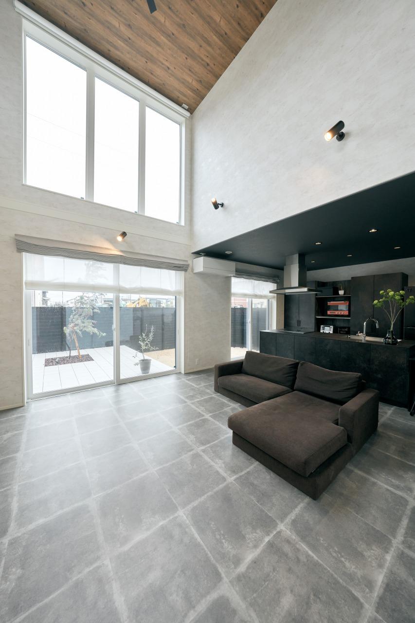 キッチン空間を落ち着いたトーンにしても、吹抜けの2階から降り注ぐ光によって、決して暗い空間にならないところも計算済みの設計。