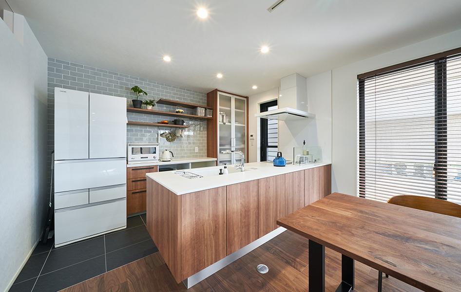 キッチンの木目や背面のタイル、床などトータルコーディネートが絶妙な味わいを演出しています。