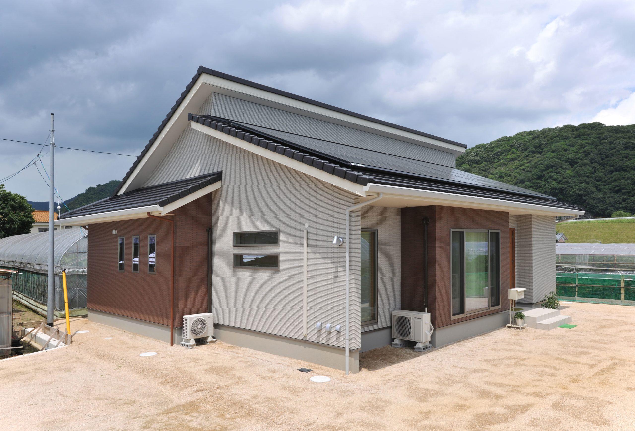 勾配天井と梁のある魅力あるリビングで家族みんなが快適に過ごせる平屋の住まい イメージ