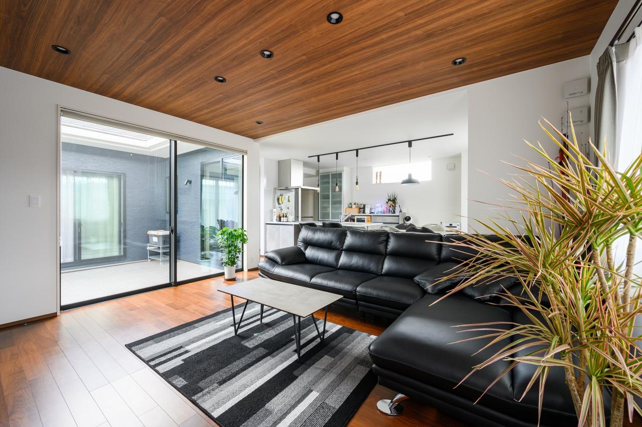大きな掃き出し窓により、リビングとテラスの一体空間が実現。