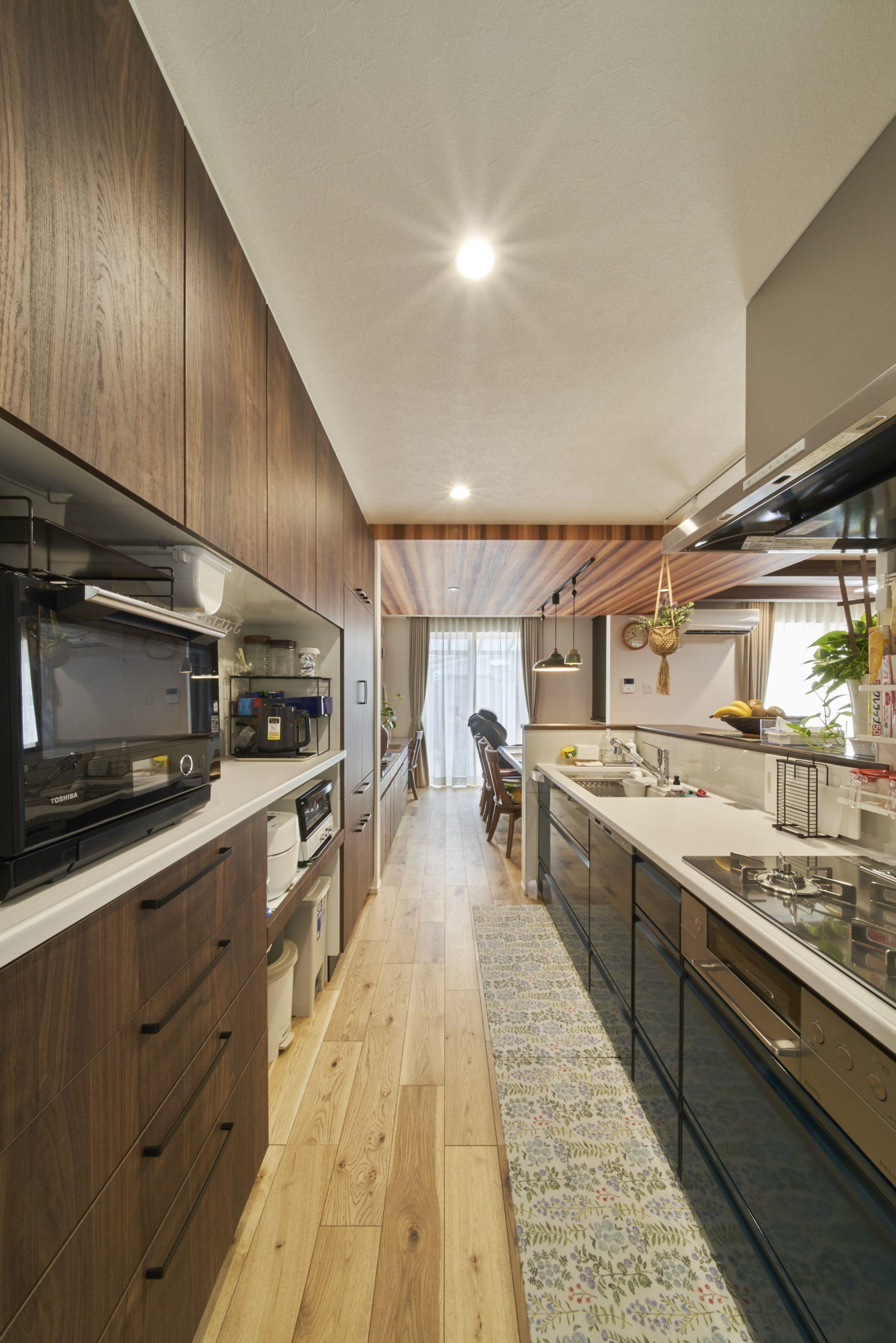 キッチンはカウンターキッチンで、カウンター下は飾り棚と収納スペースが配置されている。