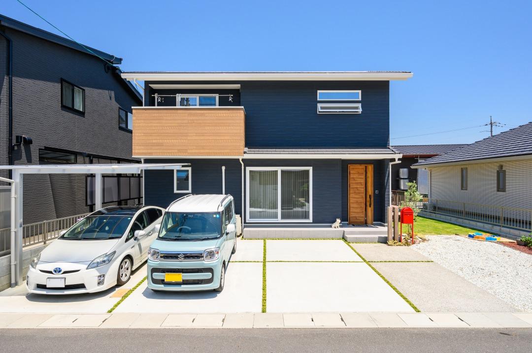 鮮やかな芝の緑に映える濃紺の家 デザインも性能も大満足の家づくり イメージ