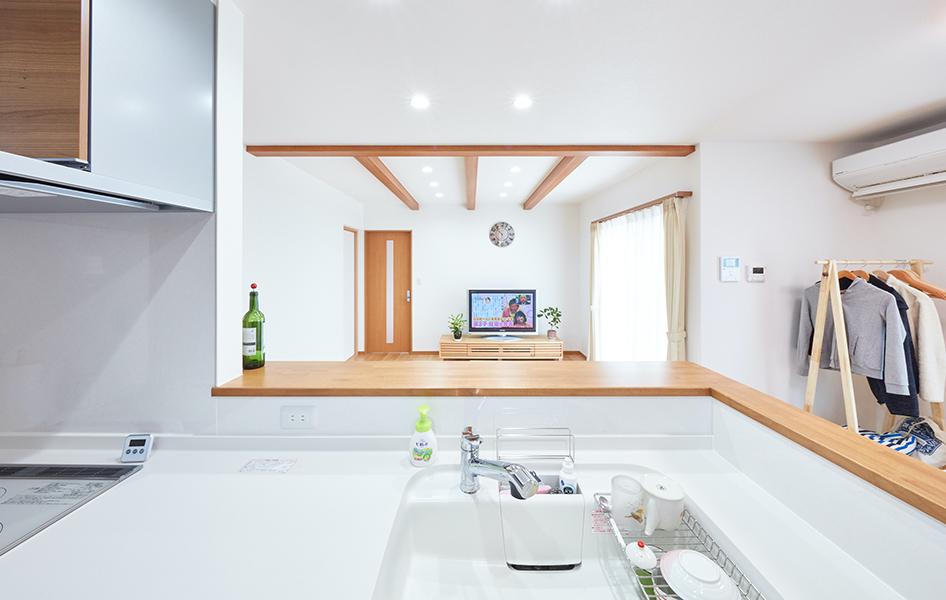 背の高いカウンターをあしらったキッチンは、手元が隠れるだけでなく飾り棚としても優秀で、インテリアに華を添える。