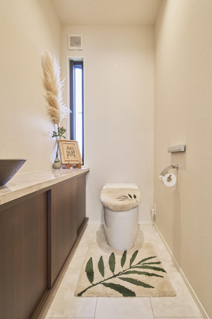 奥様のこだわりのトイレ。毎日、何度も使う場所だからこそ、デザイン、広さ、手洗い器に至るまで自分の好きなものでまとめた。