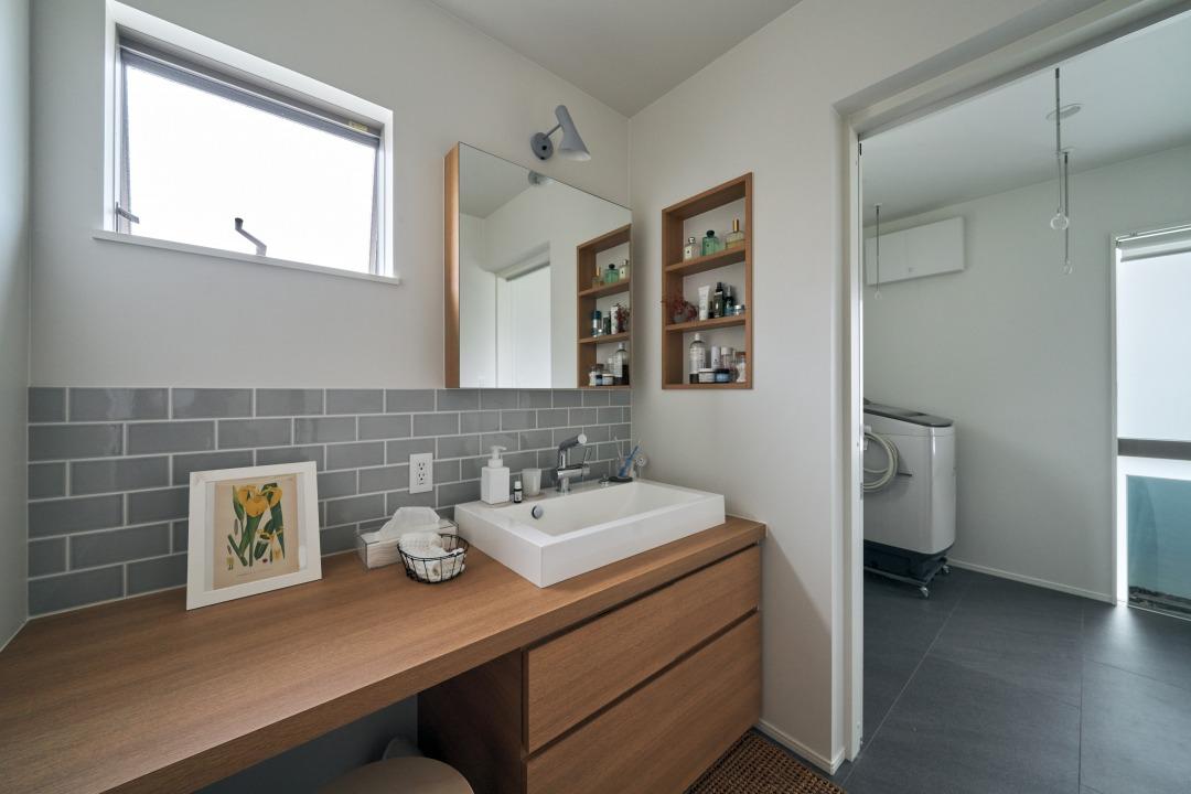 洗面はドレッシングスペース一体型で、忙しい時間もてきぱきとこなすことができる。