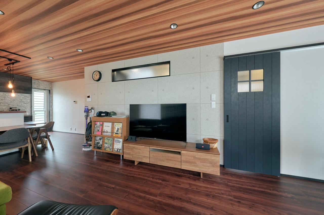 コンクリート調のアクセントクロスを施した仕切壁にはFIX窓を設置し、十分な採光を確保。
