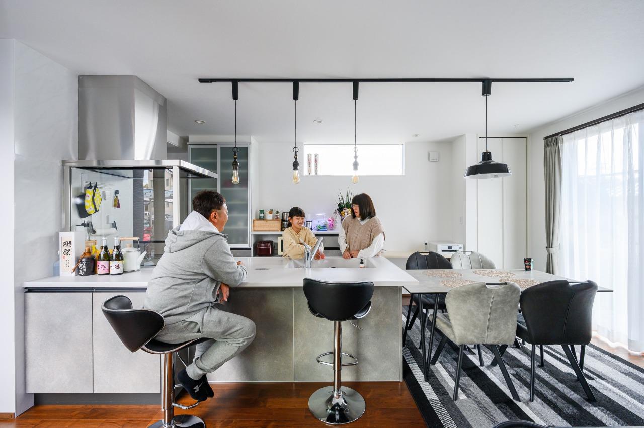 キッチンカウンターで朝食を食べたりと、オープンキッチンの周りにはいつも家族の集いがあります。