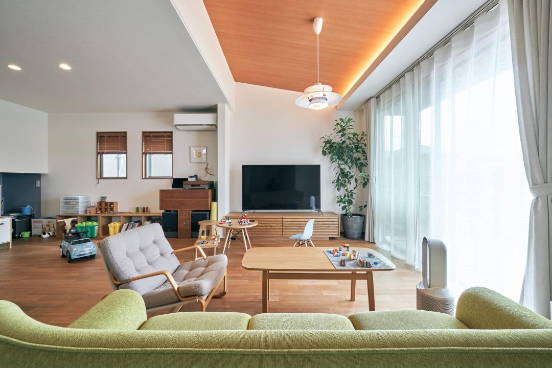 リビング上部は勾配天井になっており、より広い空間を実現。天井の木目も心安らぐアクセントになっている。