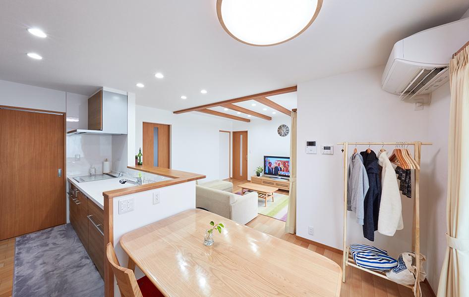 カウンターと収納部分を並列させたほか、キッチンから洗面室への動線を一直線にまとめて家事をしやすく配慮。