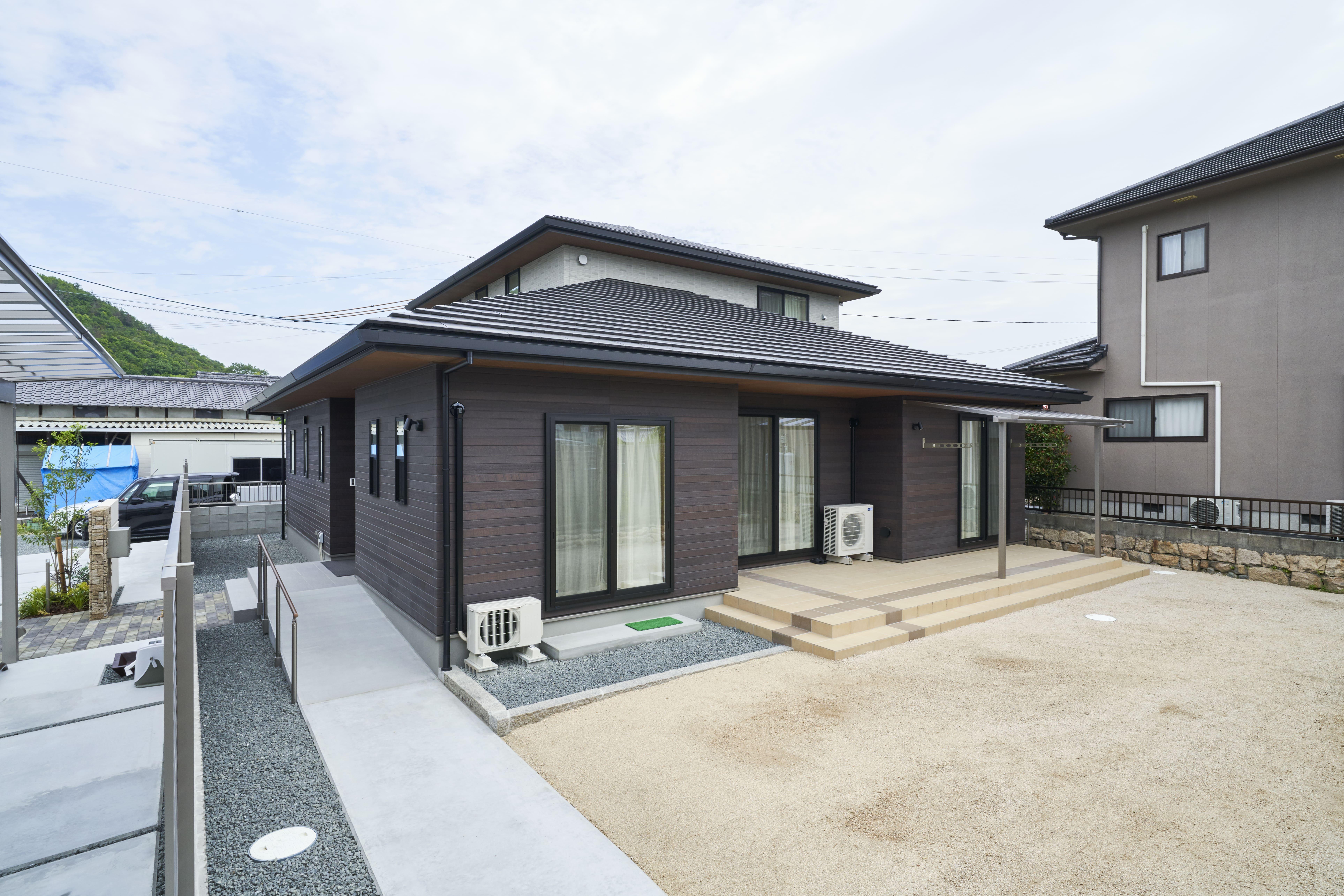駐車場だけでなく、お庭も広々と確保。洗濯物を干すスペースとしてテラス屋根も設置しているので安心空間。