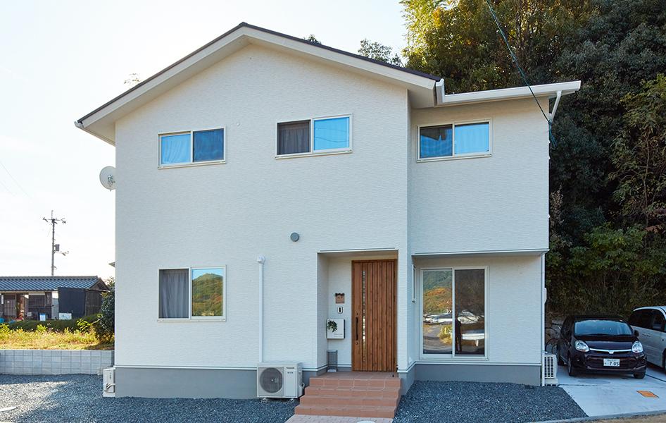 白を基調に、ブラウンの屋根とバルコニーが南欧風のやわらかなイメージを演出し、周囲に調和している。