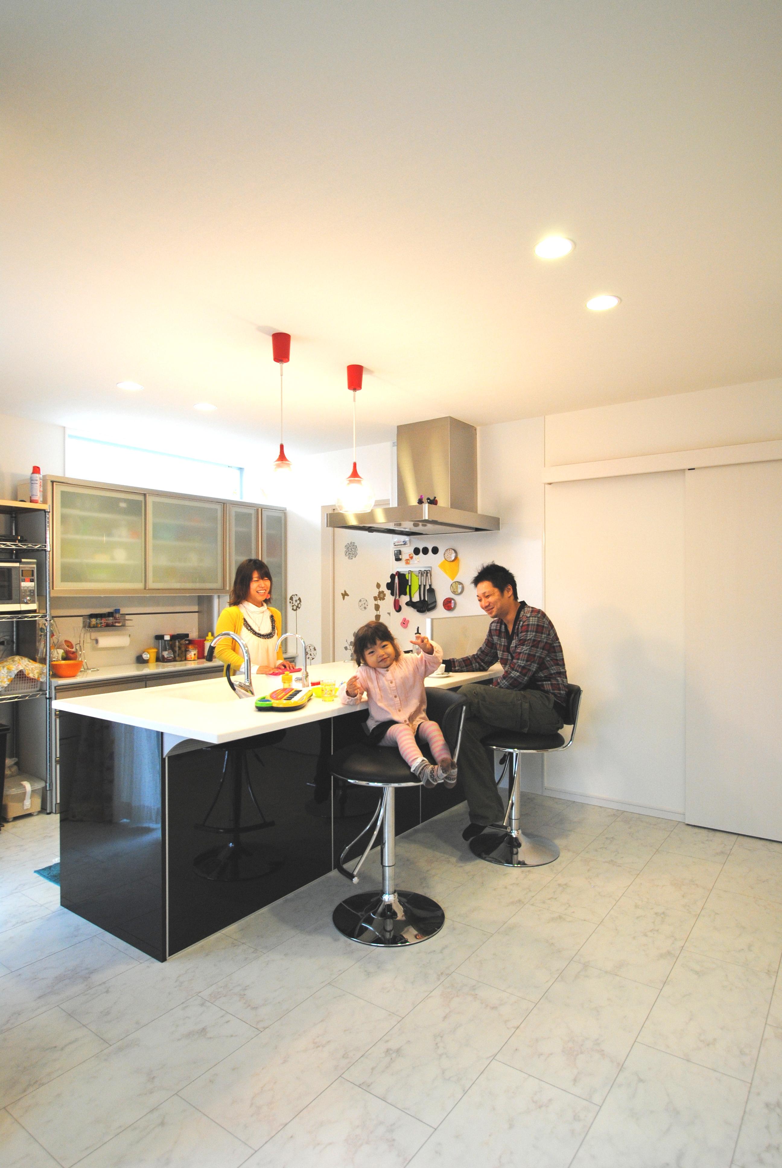 黒と白のコントラストに映えるビビッドな色彩設計自由度の高さが存分に活かされた家 イメージ