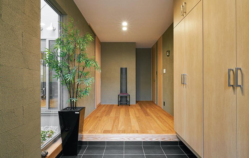 坪庭からの光が出迎える、広々とした玄関。シューズボックスは収納量をしっかり確保。