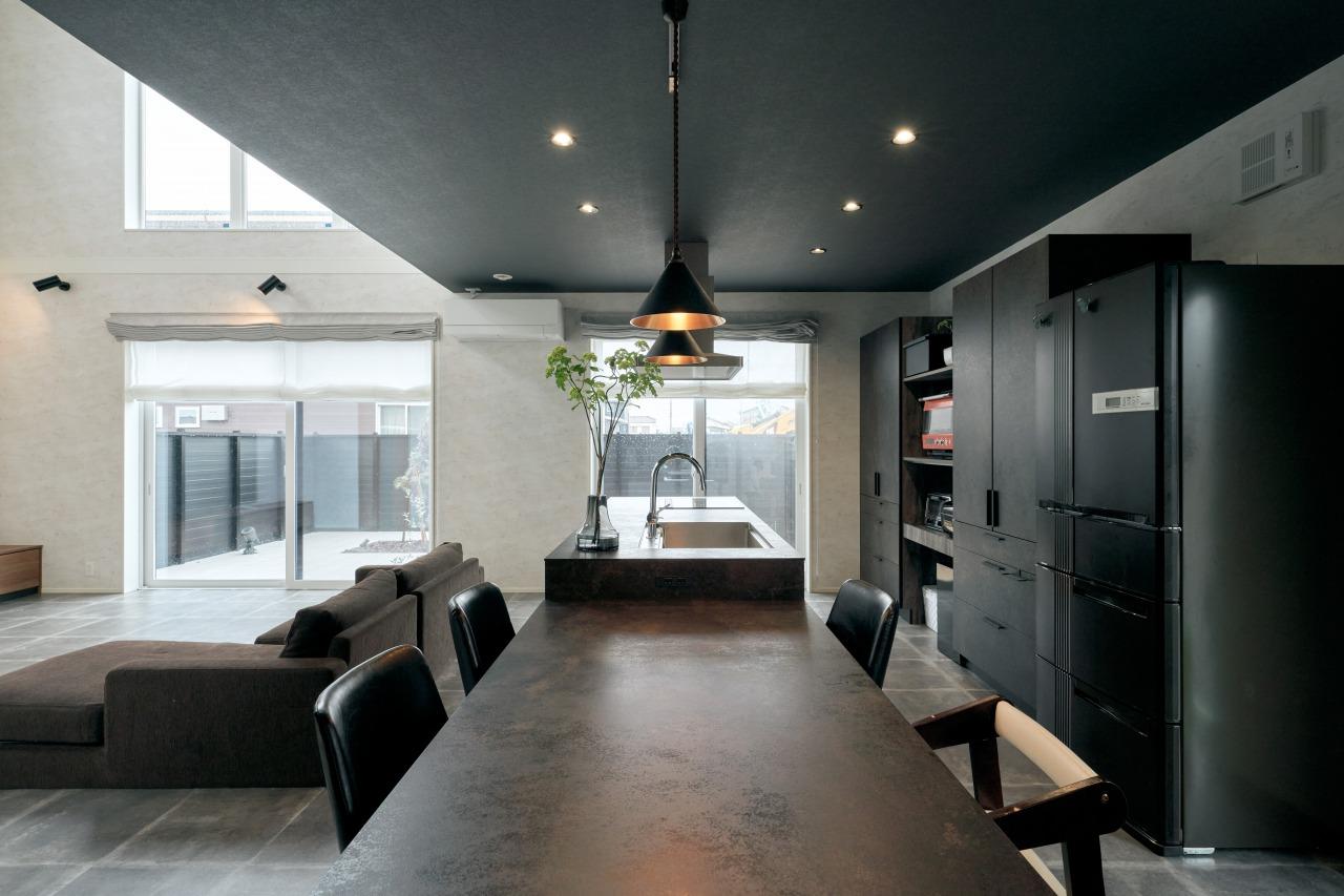 壁で仕切らないアイランドキッチン、一直線に配置したダイニング・キッチンは、動線が短く家事負担を減らすことができる。庭まで視線が届き、開放感が増す空間を実現。