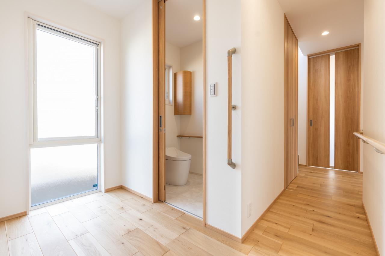 以前の家では暗かったという和室北側にあるトイレも、大きな窓と空間を取ることで、明るく開放的な空間へ。