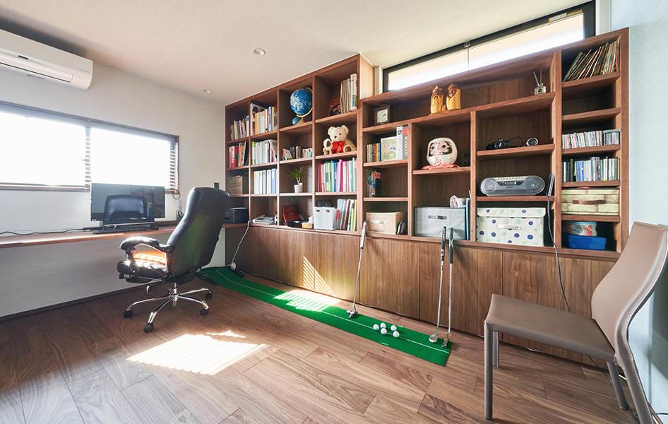 お父様専用の書斎です。カウンターや収納をオーダーメイドで造作したことで、隅々まで有効活用できました。 趣味を活かすなど、使い方は何通りでも膨らみます。