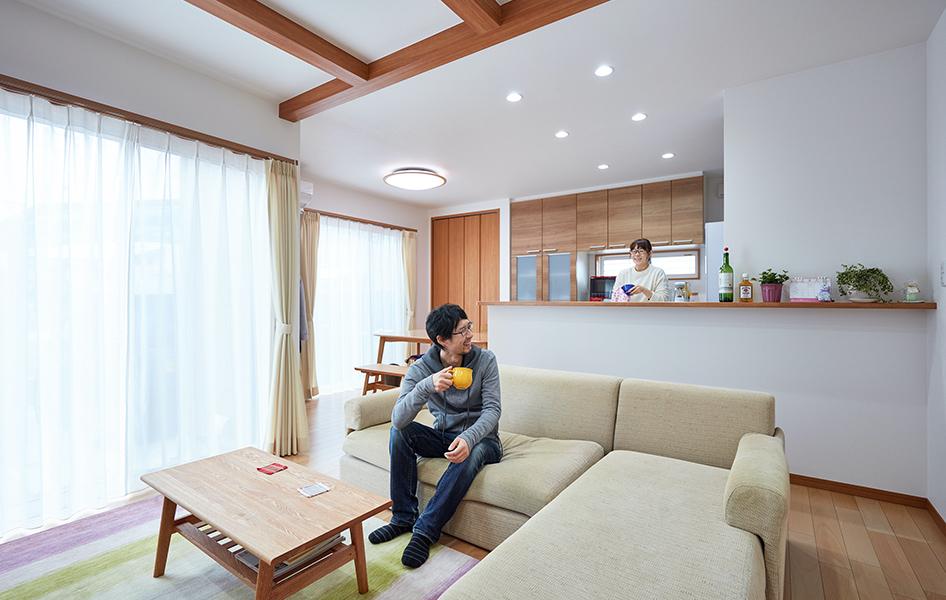 天井梁をアクセントに、ホワイトカラーと木のぬくもりが調和あたたかな空間デザイン。