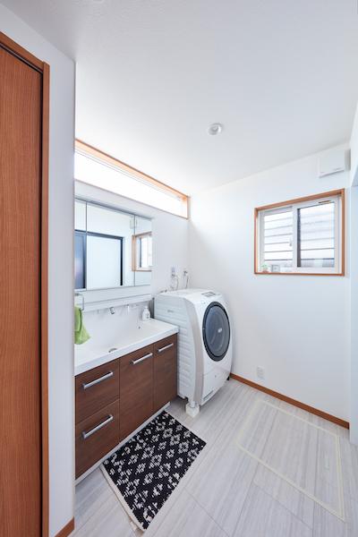 暗くなりがちな洗面室にも自然光が射し込む。ルーバー窓にすることで、防犯と通風を両立させている。