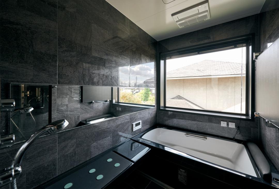 浴室も2階にあるおかげで、近隣の目を気にせず大きな窓を設置することができている。1日の疲れをしっかり癒やせる打たせ湯も備えた、ゆったりとした空間に。
