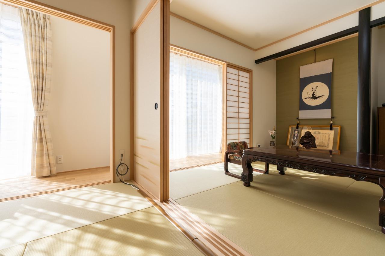玄関からつながる広々とした和室の続き間は、昔の家のままの使い勝手。