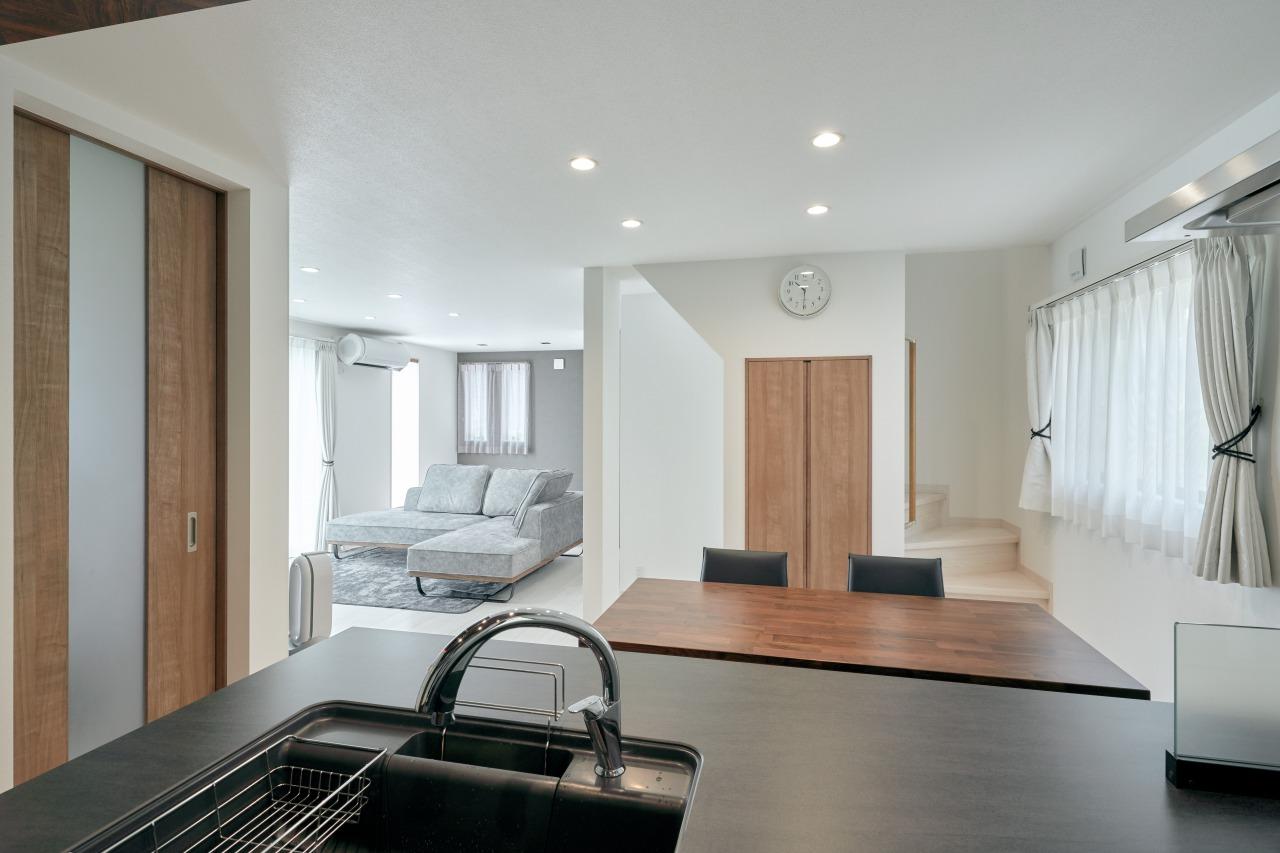 キッチンの目の前に階段を設置し、デッドスペースを利用した階段下収納も機能性を発揮。